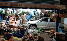 Clip: Ô tô tông xe máy rồi lao vào cửa hàng tạp hoá, người phụ nữ ngồi trong nhà gặp hoạ