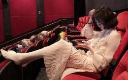Gái xinh đi xem phim tháo cả giày gác chân lên ghế trước, dân mạng người ném đá kẻ bênh: Đẹp auto không có lỗi?