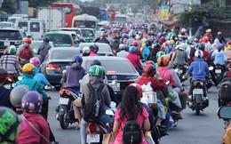 Người dân trở lại Sài Gòn, các nẻo đường ùn ứ kéo dài trong cái nóng hầm hập