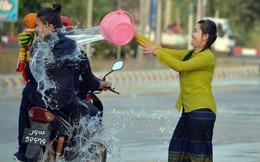 24h qua ảnh:  Cô gái té nước vào người đi đường ở Myanmar