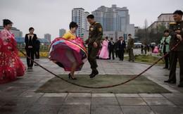 24h qua ảnh: Cặp đôi Triều Tiên nhảy dây để chụp ảnh cưới