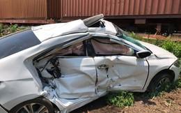 Ô tô bị tàu hỏa húc văng ở Quảng Nam, 3 người trọng thương