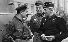 Ảnh sĩ quan Liên Xô nói chuyện vui vẻ với sĩ quan Đức Quốc xã
