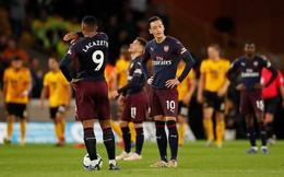 """""""Tự bắn vào chân"""" như một trò đùa, Arsenal níu kéo niềm tin cho... Man United"""