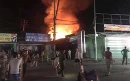 Hơn 40 ki-ốt cháy, cả nghìn người dân ra cứu hàng trong đêm