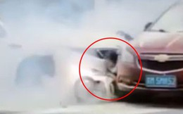 Tai nạn ô tô làm khói giăng kín góc đường và hình ảnh bé gái kêu cứu trước khi bị tông lần nữa gây xót xa hơn cả