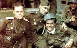 """Khoảnh khắc hiếm hoi trong Thế chiến II: Khi quân đội Nga-Mỹ ôm nhau trong """"tình bạn"""""""