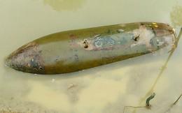 Người dân hoảng hồn phát hiện vật lạ dưới chân cầu là quả bom dài hơn 1,5m
