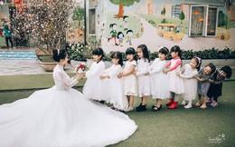 Dễ thương như ảnh cưới của cô giáo mầm non, một cô dâu cả dàn phù dâu phù rể nhí vây quanh