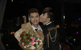 Ngô Viết Trung được Long Nhật động viên, hôn má trong hậu trường minishow
