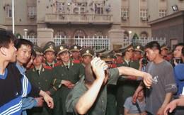 """Đúng 20 năm sau vụ ném bom nhầm ĐSQ TQ, Mỹ lại tung """"bom"""" thương mại: Dư luận Trung Quốc sôi sục"""