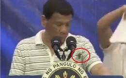 """Gián bò lên người khi phát biểu, TT Duterte: Nhất định là """"gián điệp"""" của đảng đối lập"""