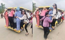 Nhóm người dự lễ Đại lễ Phật đản đu bám trên xe điện chật cứng để ra ngoài chùa Tam Chúc