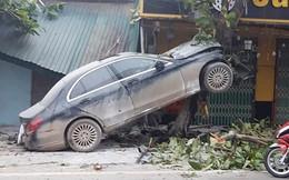 Ô tô Mercedes mất lái 'trèo' lên cây bàng, người dân giải cứu tài xế đưa đi cấp cứu