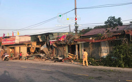 Hiện trường xe container mất lái đâm sập nhiều nhà dân bên đường