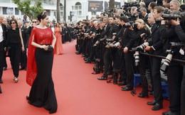 Không mặc hở hang như Ngọc Trinh, Lý Nhã Kỳ vẫn gây náo loạn thảm đỏ Cannes suốt 5 năm