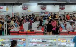 """Người dân đổ xô đi """"vét hàng"""", siêu thị Auchan ở Hà Nội tan hoang trước ngày đóng cửa"""
