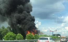 Xe container bốc cháy trên cao tốc, tài xế cùng phụ xe thoát nạn