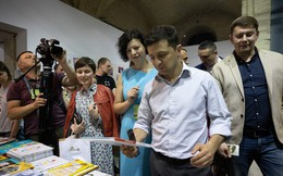 Bất ngờ được tặng sách chính trị dành cho thiếu nhi ngay đầu nhiệm kỳ, tân TT Ukraine phản ứng ra sao?