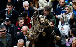 7 ngày qua ảnh: Tượng thánh phủ đầy rắn sống diễu hành trong lễ hội