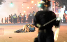 Nổi tiếng với khoảnh khắc lãng mạn giữa bom đạn trong bức ảnh 'Nụ hôn Vancouver', cặp đôi vẫn viết câu chuyện tình đẹp sau gần 8 năm