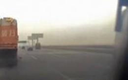 Video: Tài xế mải xem điện thoại khiến xe khách đâm thẳng vào xe tải