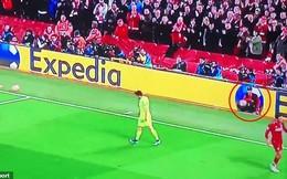 Cậu bé nhặt bóng bất ngờ được fan Liverpool tôn vinh sau màn vùi dập Barca
