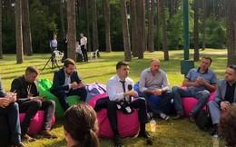 """Ngồi ghế lười, họp báo kín giữa rừng: Động thái """"lạ lùng"""" của Tân TT Ukraine Zelensky"""