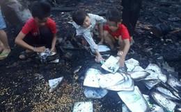 Xót xa hình ảnh 3 đứa trẻ nghèo bới đống tro tìm từng trang sách cháy dở