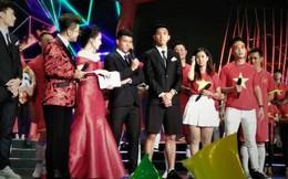 """Vừa thấy Văn Hậu trên TV, fan """"tóm"""" ngay khoảnh khắc cậu út trên diện áo vest dưới mặc quần đùi"""