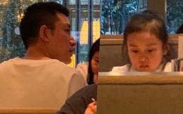 Con gái Giả Nãi Lượng mặt buồn thiu khi đi chơi cùng bố mà không có Lý Tiểu Lộ đi cùng