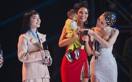 Khoảnh khắc gây xúc động mạnh tại WeChoice Awards 2018: Hoa hậu H'Hen Niê và Hương Giang trìu mến bế bé Đinh Văn K'Rể