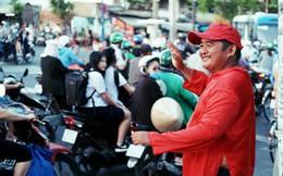 """Phía sau đoạn clip người đàn ông mặc áo dài đỏ, nhảy múa trên hè phố Sài Gòn: """"Kiếm tiền cho con đi học, có gì phải xấu hổ"""""""
