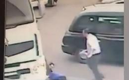 """Vội vàng chạy trốn sau khi giật đồ, tên trộm bị chiếc xe tải """"trừng phạt"""""""