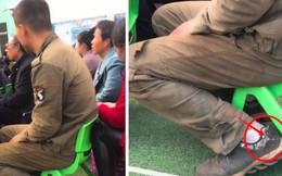 Hình ảnh người cha nghèo mang giày rách, quần áo dính đầy bụi bẩn đi họp phụ huynh cho con gây xúc động mạnh