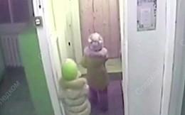 Hai bé gái 5 tuổi lẻn khỏi nhà trẻ, đi bộ về nhà giữa cái lạnh thấu xương vì muốn gây bất ngờ cho mẹ