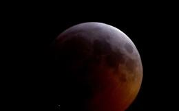 Một mảnh sao chổi đâm vào Mặt Trăng trong quá trình nguyệt thực