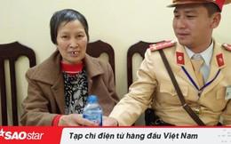 CSGT tình nguyện sử dụng xe cá nhân giúp đỡ bà cụ 68 tuổi bị lạc về quê đoàn tụ cùng gia đình đón Tết