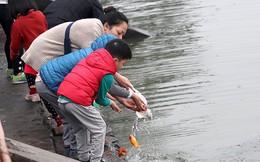 Sợ 'tắc đường', người dân thả cá chép tiễn ông Công ông Táo về trời sớm