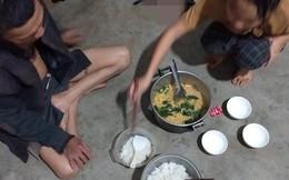 Chỉ có cơm trắng và mỳ gói, bữa cơm đầu tiên của người con về nhà ăn Tết vẫn ấm áp lạ thường