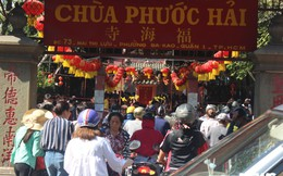 Người dân TP.HCM đổ xô về chùa Ngọc Hoàng cúng vía Thần Tài