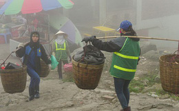 """275.000 đồng/ngày """"cõng rác"""" từ đỉnh chùa Đồng Yên Tử xuống núi"""