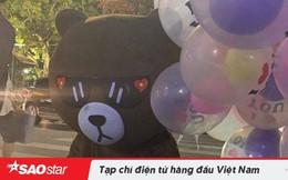 Bị bạn gái 'bỏ bom', chàng trai mặc đồ chú gấu ngồi thẫn thờ thả hết bóng bay và cho người đi đường quà Valentine