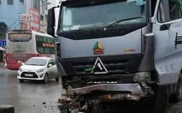 Hà Nội: Xe đầu kéo tông 3 ôtô đỗ ven đường, một tài xế taxi tử vong