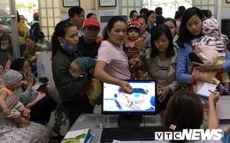 Hàng trăm người Quảng Nam bồng bế con xếp hàng từ 2h sáng vẫn không được tiêm vắc-xin