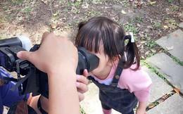 Bố bảo nhìn vào ống kính máy ảnh, không ngờ con gái làm một hành động khiến dân mạng xuýt xoa đứa trẻ quá thông minh