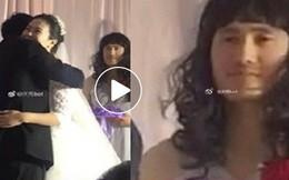 Cô dâu chú rể lu mờ trong đám cưới, mọi sự chú ý đều đổ dồn vào 'nhan sắc' đặc biệt của người này