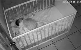 Bức ảnh em bé sơ sinh ngủ say trong cũi cùng chú mèo mập ú khiến cộng đồng mạng tranh cãi kịch liệt