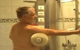 Nhìn qua tưởng máy rửa xe, lại gần mới biết là máy tắm tự động của ông chú Phần Lan