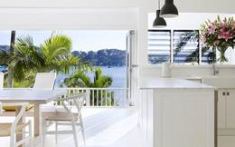 Góc ghen tị: Ngôi nhà trắng bên bờ biển với tầm nhìn tuyệt đẹp khiến ai thấy cũng mê mệt